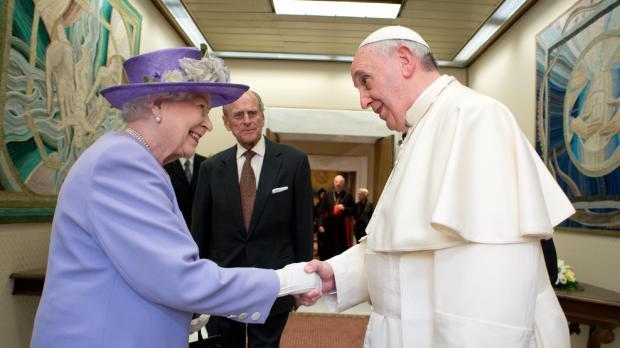 La reine d'Angleterre Elizabeth II, accompagnée de son mari le duc d'Edimbourg, le prince Philip, salue le pape François au Vatican le 3 avril 2014. © AFP PHOTO / OSSERVATORE ROMANO