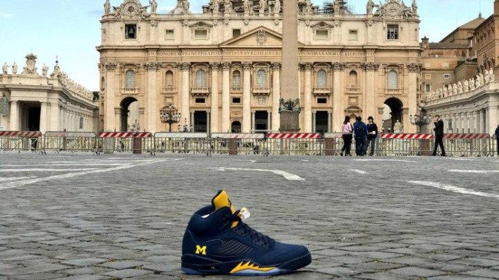 La paire de chaussures offerte au pape François © Michigan football's team