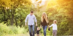 Famille marchant dans la nature