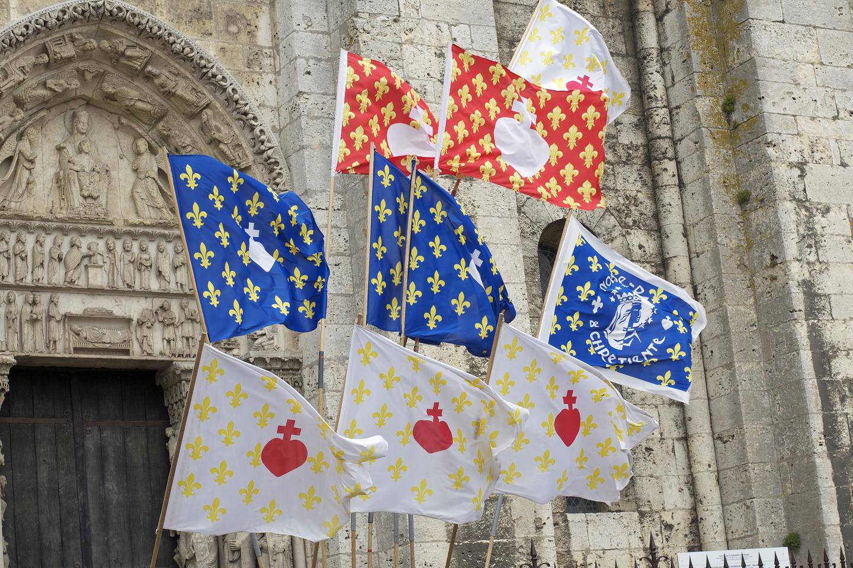 Bannières devant la cathédrale de Chartres