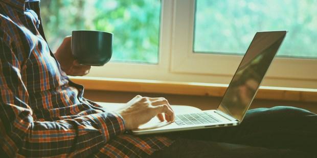 Homme sur son ordinateur