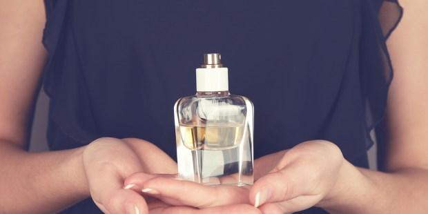 Femme offrant une bouteille de parfum