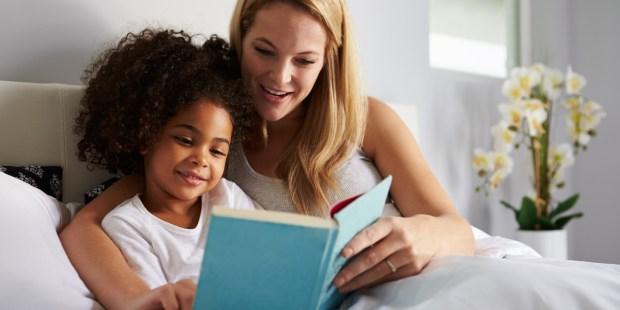 Maman lisant un livre à sa fille