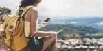 jeune femme sac au dos avec son smartphone