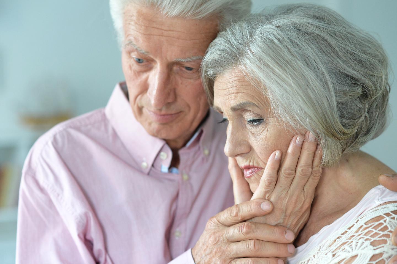 Couple de seniors soucieux