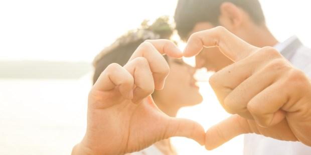 Couple faisant un coeur avec ses mains