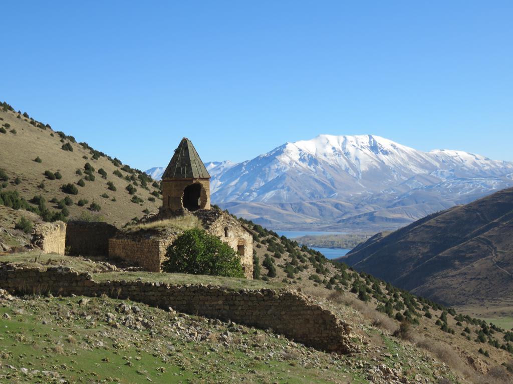 L'Église de la Sainte-Croix d'Aghpag ou de Saint-Édchmiadzin de Sorader -Façade ouest, 2011 (Coll. P. Maguesyan).