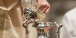 2 avril 2015 : Un prêtre verse l'huile sainte dans une amphore lors de la messe chrismale en la basilique Saint-Pierre, Vatican, Rome, Italie. © M.MIGLIORATO/CPP/CIRIC