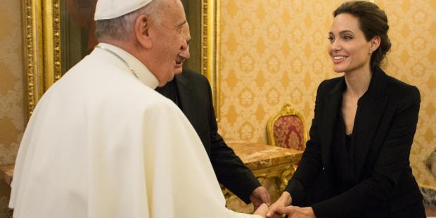 Le 8 janvier 2015, l'actrice américaine et ambassadrice du Haut Commissariat des Nations unies pour les réfugiés (UNHCR) Angelina Jolie rencontre le pape François au Vatican. © AFP PHOTO / OSSERVATORE ROMANO