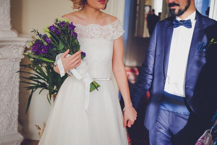 Photo mariés couple mariage tenue costume robe dentelle