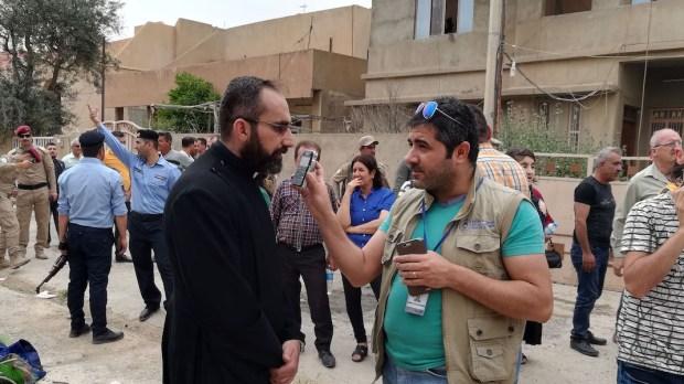 UN JOURNALISTE DE LA RADIO AL-SALAM ENREGISTRE UNE INTERVIEW À QARAQOSH (IRAK).