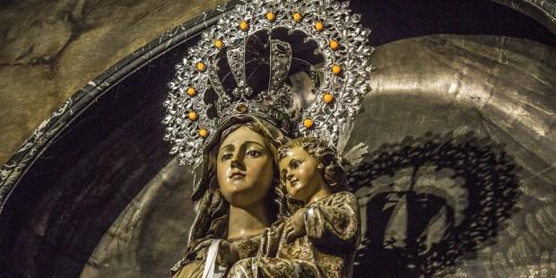 IMAGE DE LA VIERGE MARIE AVEC ENFANT JESUS DANS LES BRAS