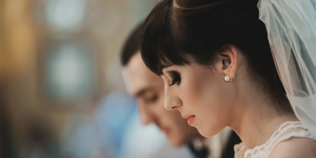 Jeune mariée en train de prier