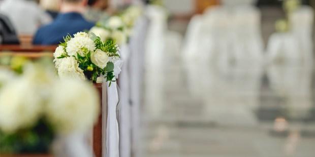 BANCS D'ÉGLISE POUR UN MARIAGE