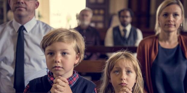 ENFANTS QUI PRIENT A LA MESSE