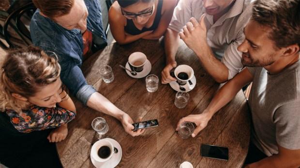 AMIS PRENANT UN CAFE