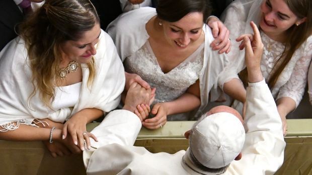 WEB2-PHOTO-OF-THE-DAY-POPE-FRANCIS-BRIDES-VATICAN-PAUL-VI-HALL-000_RE3MG-Alberto-Pizzoli-AFP
