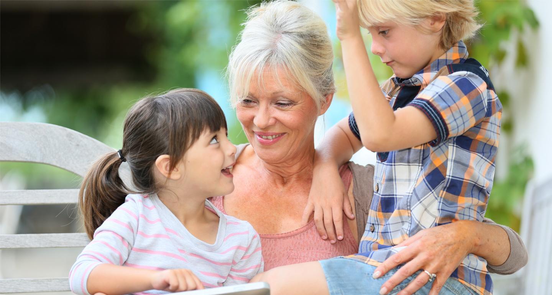 GRAND-MERE AVEC SES PETITS-ENFANTS