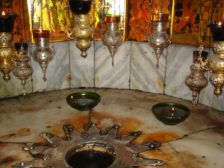 Cette étoile en argent marque le lieu de la naissance du Christ dans la grotte de la Nativité à Bethléem