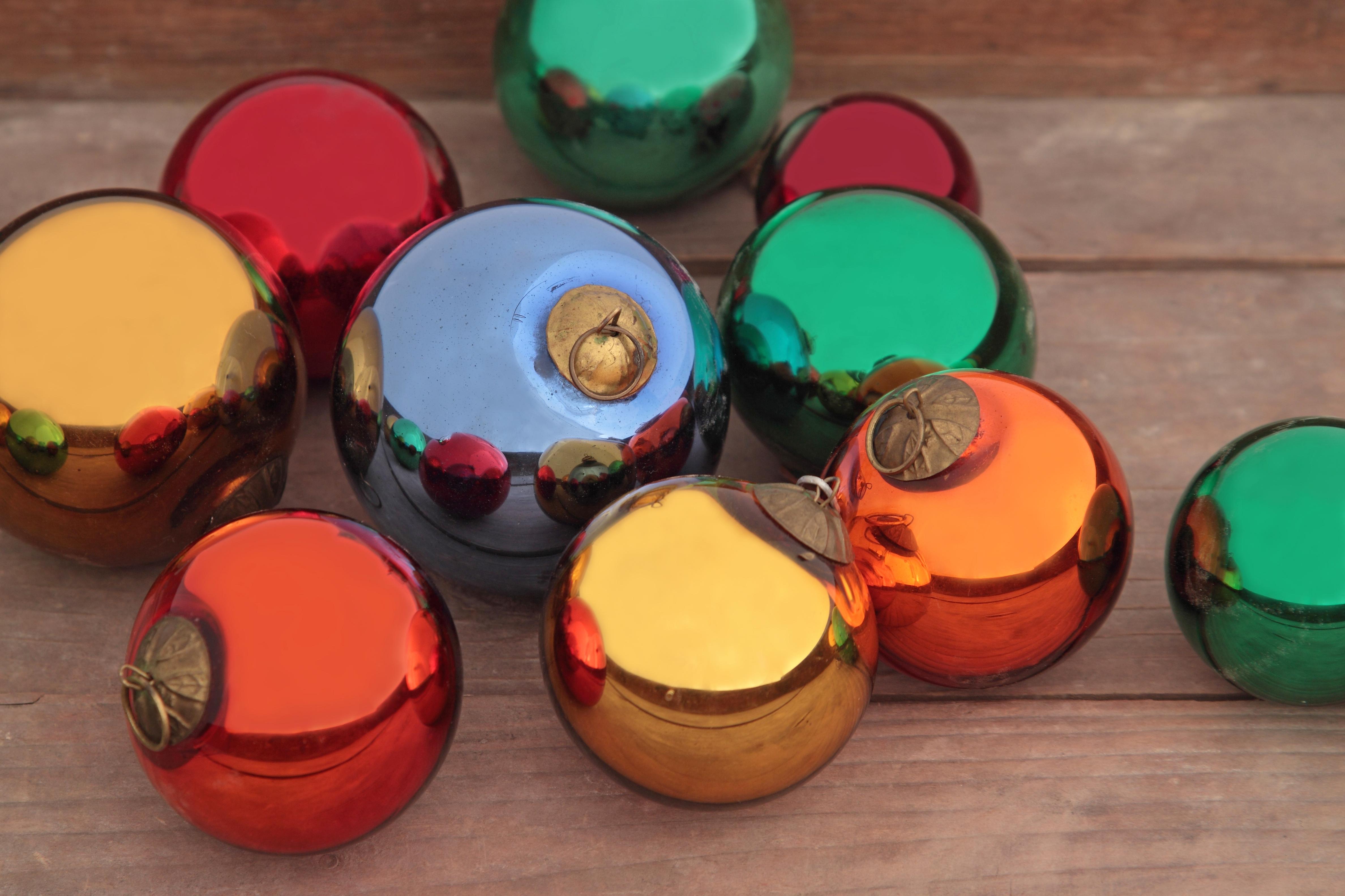 Boules de Noël argentées produites autrefois par la Verrerie de Goetzenbruck