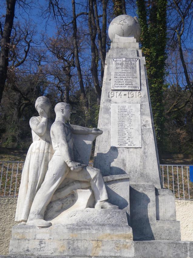 Monument aux morts pacifiste de Château-Arnoux dans les Alpes-de-Haute-Provence