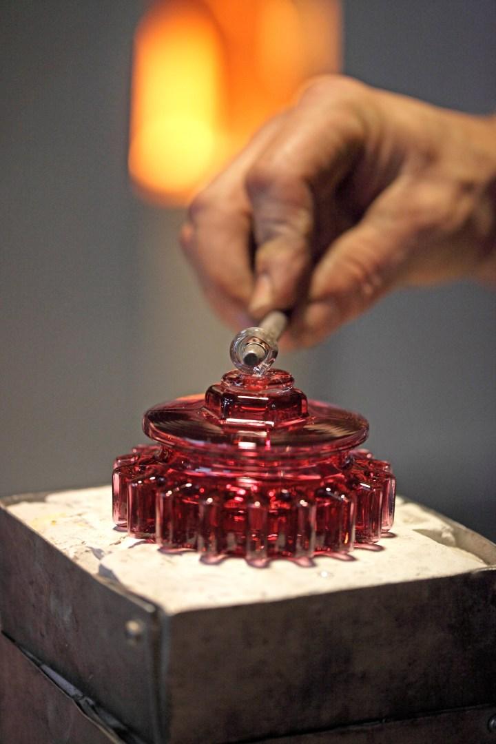 Pose de l'attache de la boule de Noël contemporaine ROTOR, design Agence GG, 2017, Meisenthal