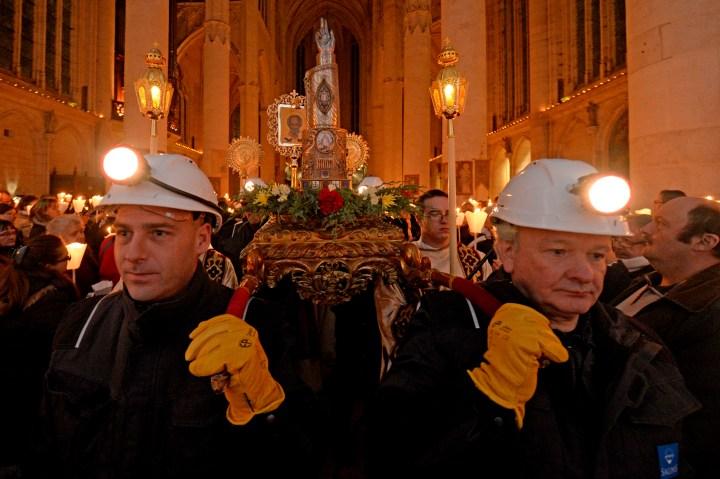 Procession de la saint Nicolas à Saint-Nicolas-de-Port en Lorraine. L'an dernier, les mineurs de sel de Varengéville ont porté la châsse de saint Nicolas.
