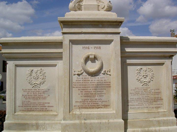 monument aux morts pacifiste de Saint-Martin-d'Estréaux dans la Loire