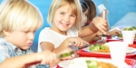 ENFANTS QUI MANGENT A LA CANTINE