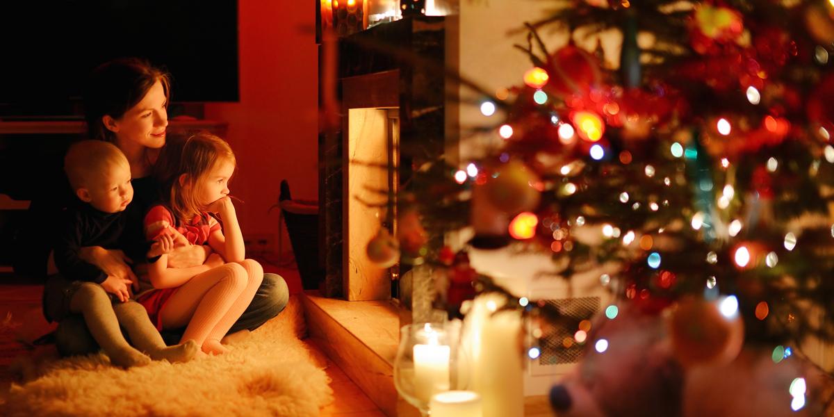 Crèche, sapin, bûche… les origines des belles traditions de Noël... Web3-mom-children-kids-mother-christmas-tree-fireplace-family-shutterstock