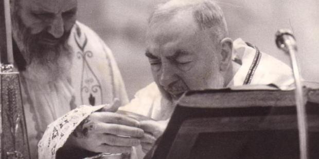De rares images de Padre Pio, mystique de Dieu