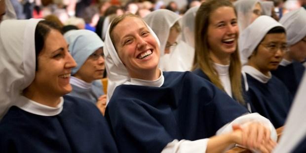 Non, l'Église Catholique ne condamne pas le rire ! Web3-nuns-sisters-of-life-laugh-jeffrey-bruno