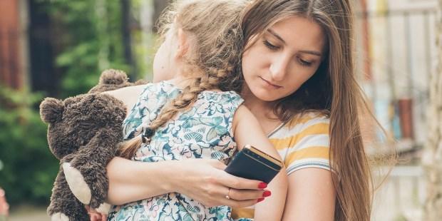 MATKA UZALEŻNIONA OD TELEFONU