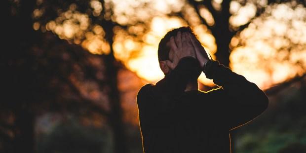 Comment survivre à un hiver spirituel ? Web3-man-frustrated-sad-depressed-praying-fall-autumn-outside-francisco-moreno-cc0