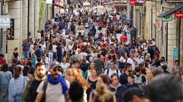 FOULE RUE POPULATION