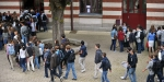 Des élèves font la queue dans une cour le 4 septembre 2012 au lycée Guist'hau à Nantes, dans l'ouest de la France, avant le début de la nouvelle année scolaire.
