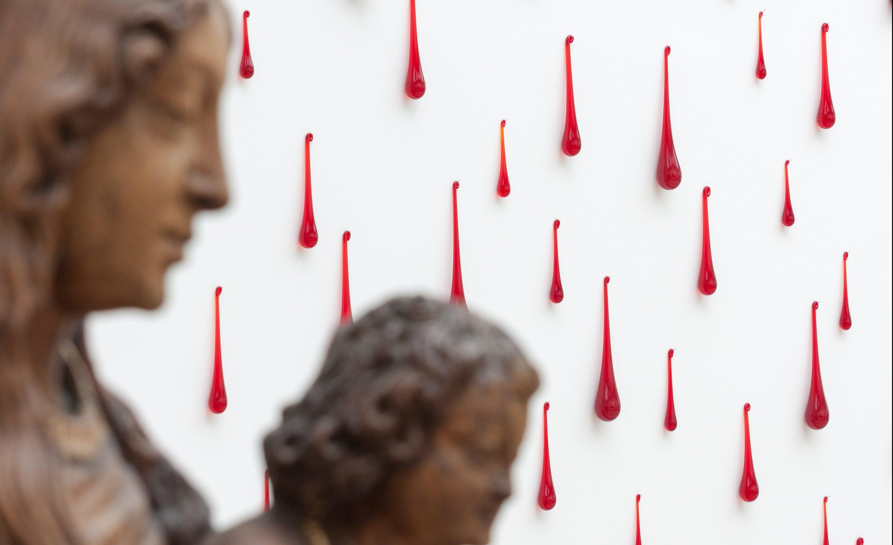 Du sang et des larmes, une oeuvre d'Hélène Mugot (2004) voisine avec une Vierge à l'Enfant du XVIIe siècle.
