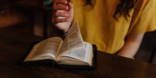 Dziewczyna czyta Pismo Świete