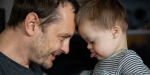 Petit enfant handicapé avec son père