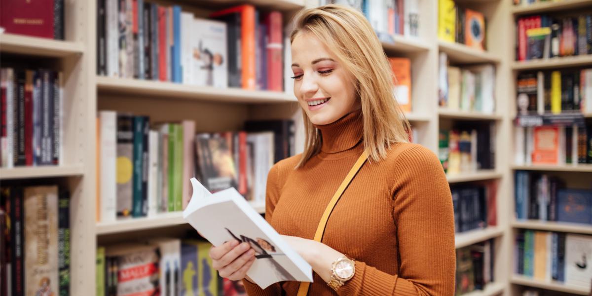 Jeune femme en train de lire un livre