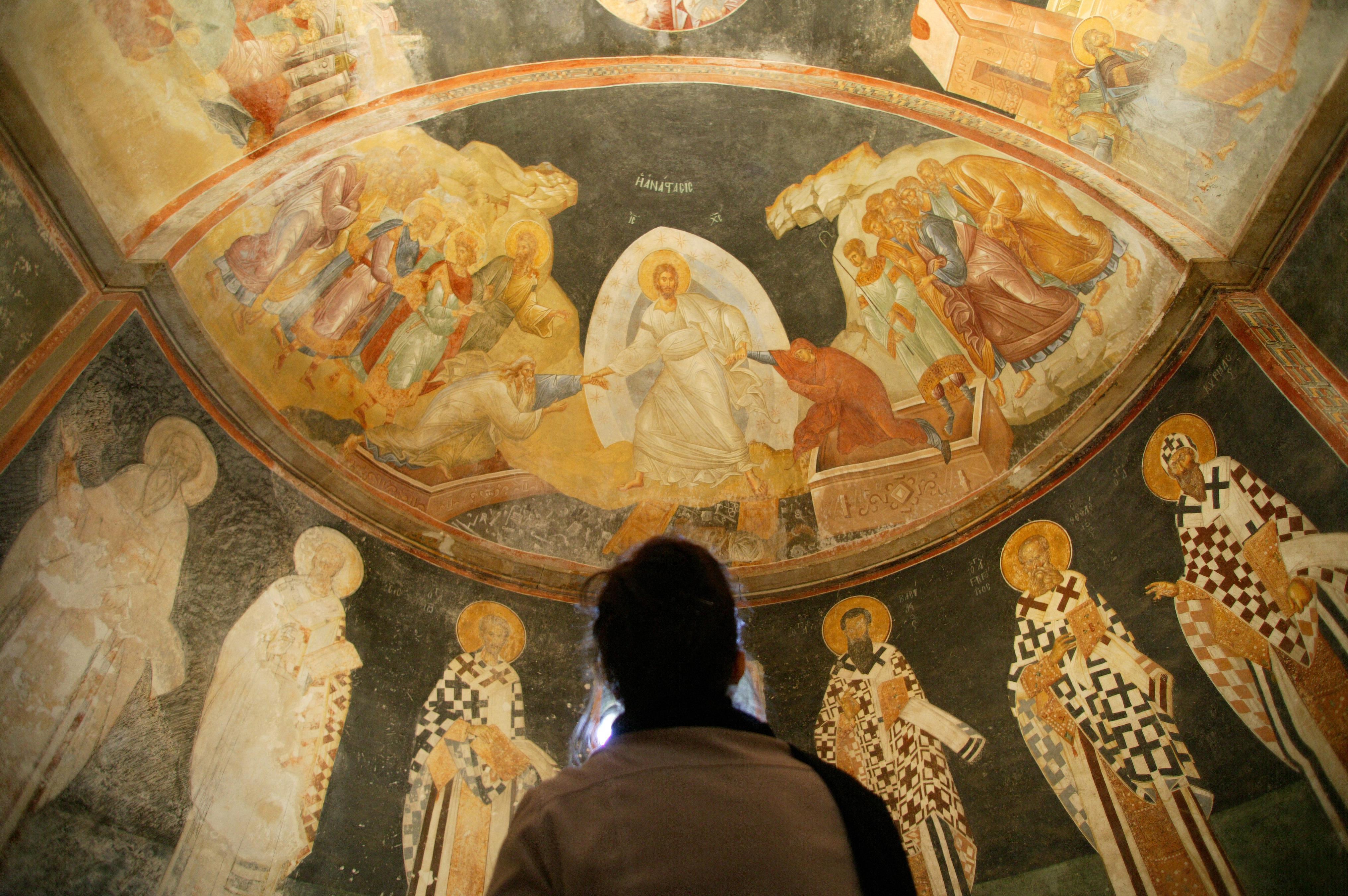 Visiteur dans une église