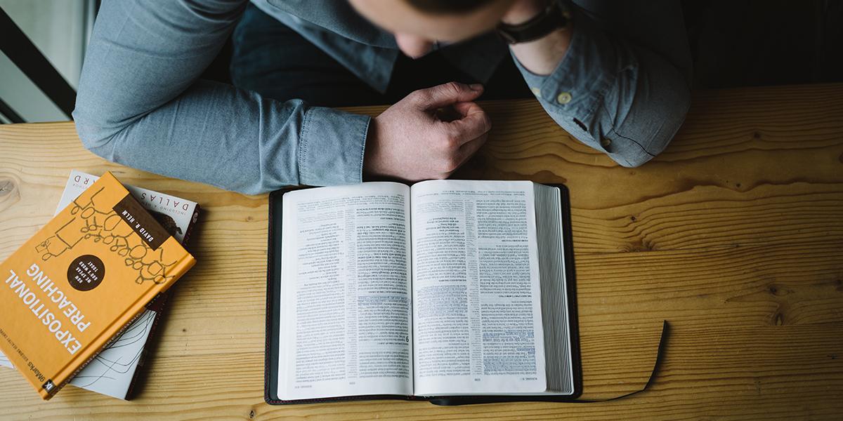 MĘŻCZYZNA Z BIBLIĄ