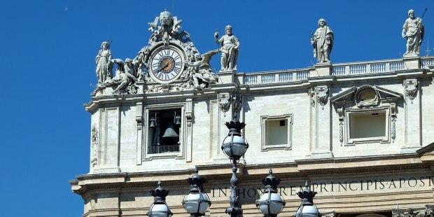 Cloche sur la facade de Saint-Pierre