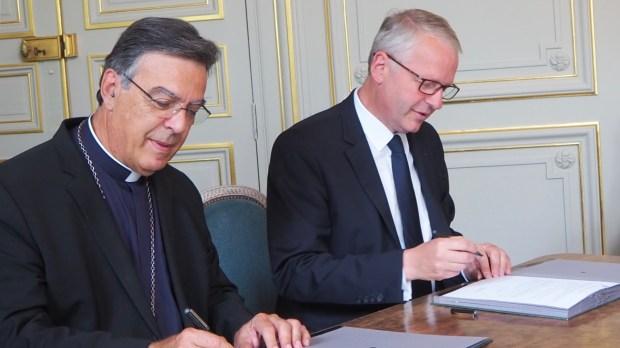 web2-michel-aupetit-signature-accord-parquet-diocese-de-paris.jpg