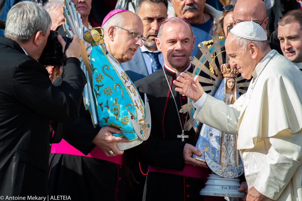 Le Pape bénit une statue de la Sainte Vierge