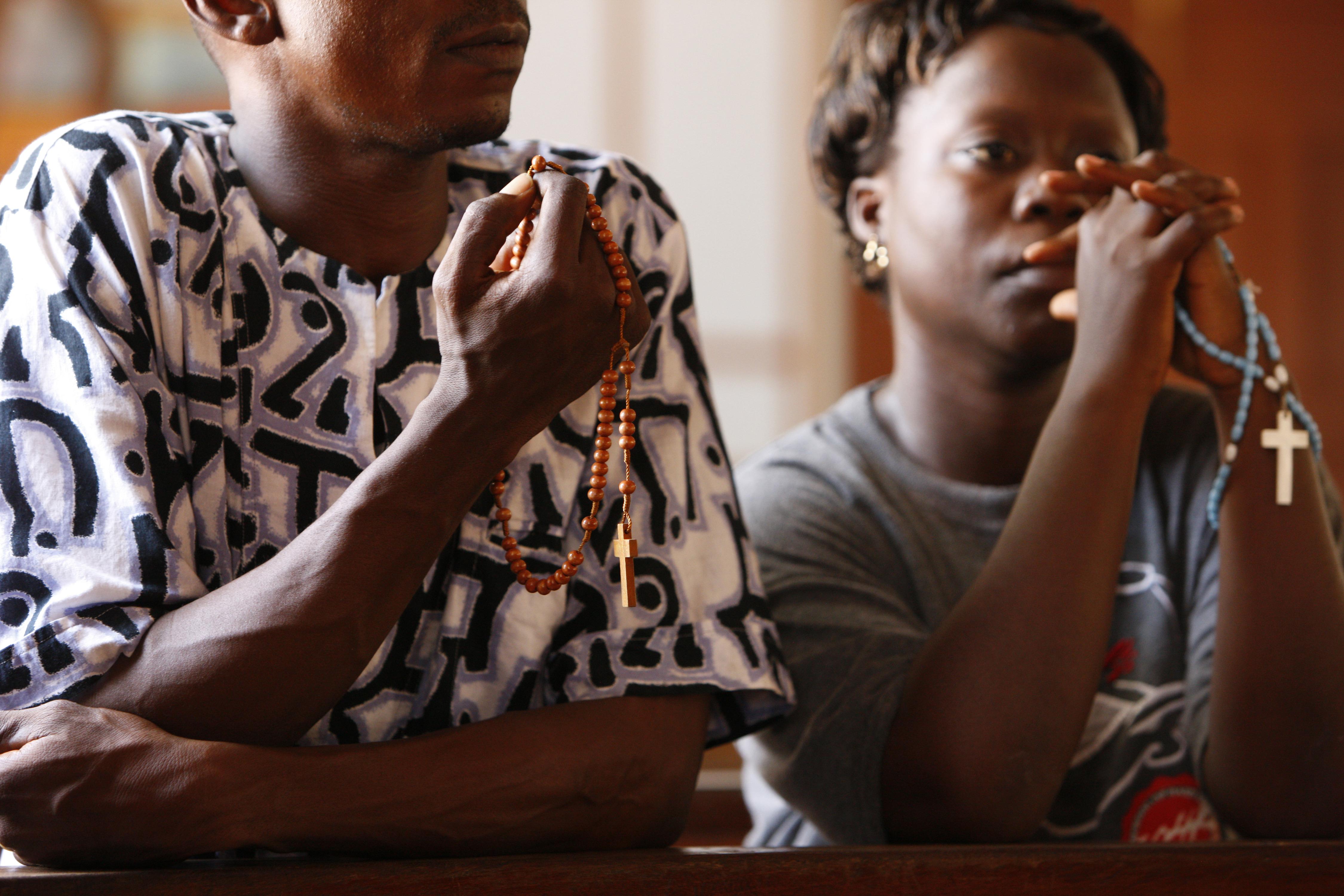 Couple africain priant le rosaire.