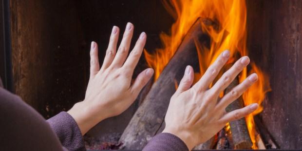 mains près du feu