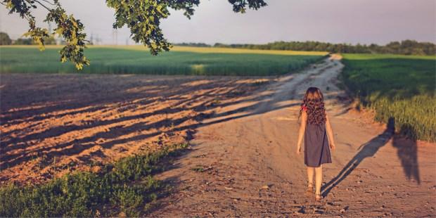 Ombe d'une jeune fille marchant sur chemin
