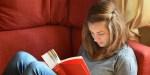 Jeune fille lit un livre