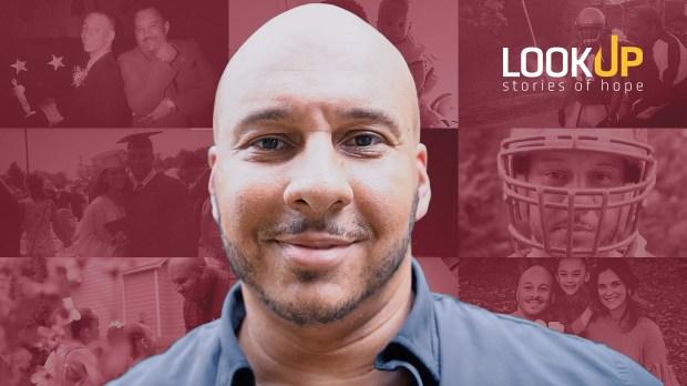 Lou a été blessé par la séparation de ses parents mais il a réussi à pardonner son père.